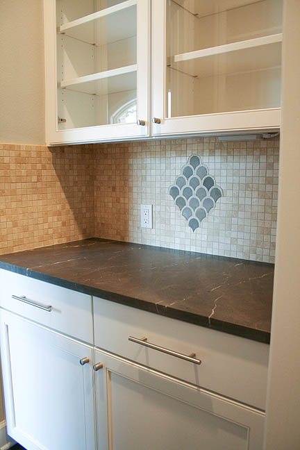 butlers-pantry-scalloped-tile-mosaic-detail-backsplash-1_web