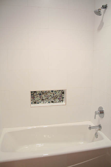 glass-colorful-bubble-tile-mosaic-white-tub-surround-toiletry-niche-austin2_web