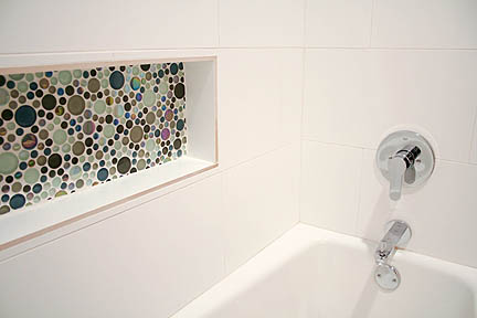 glass-colorful-bubble-tile-mosaic-white-tub-surround-toiletry-niche-austin4_web