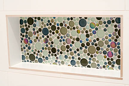glass-colorful-bubble-tile-mosaic-white-tub-surround-toiletry-niche-austin_web