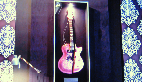 Lindsey_Lohan_guitar