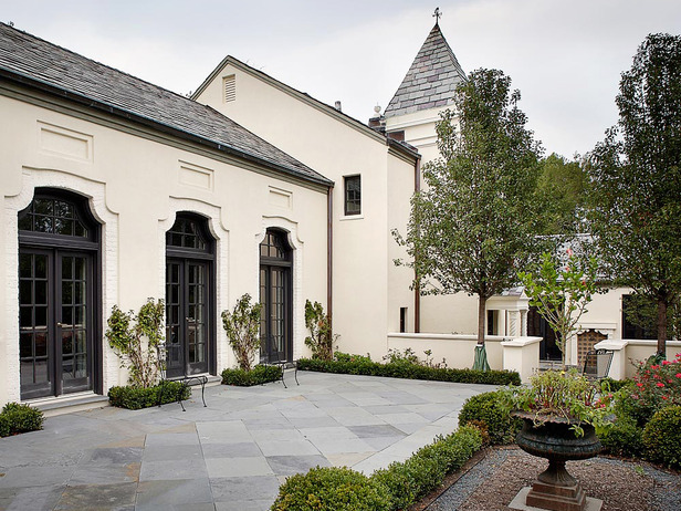 Exterior designed by Karl Sponholtz.