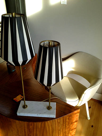 As if the crescent-shaped desk wasn't cool enough, the distinctive vintage lamp is a nice mix of elegance and whimsy.