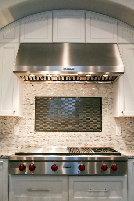 austin-white-kitchen-gourmet-stainless-steel-stove-charcoal-tile-inset_web