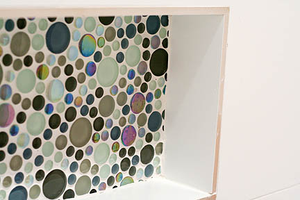 glass-colorful-bubble-tile-mosaic-white-tub-surround-toiletry-niche-austin3_web